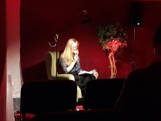 Kirjailija Katja Kallio lukee teostaan tekstiretriitissä.