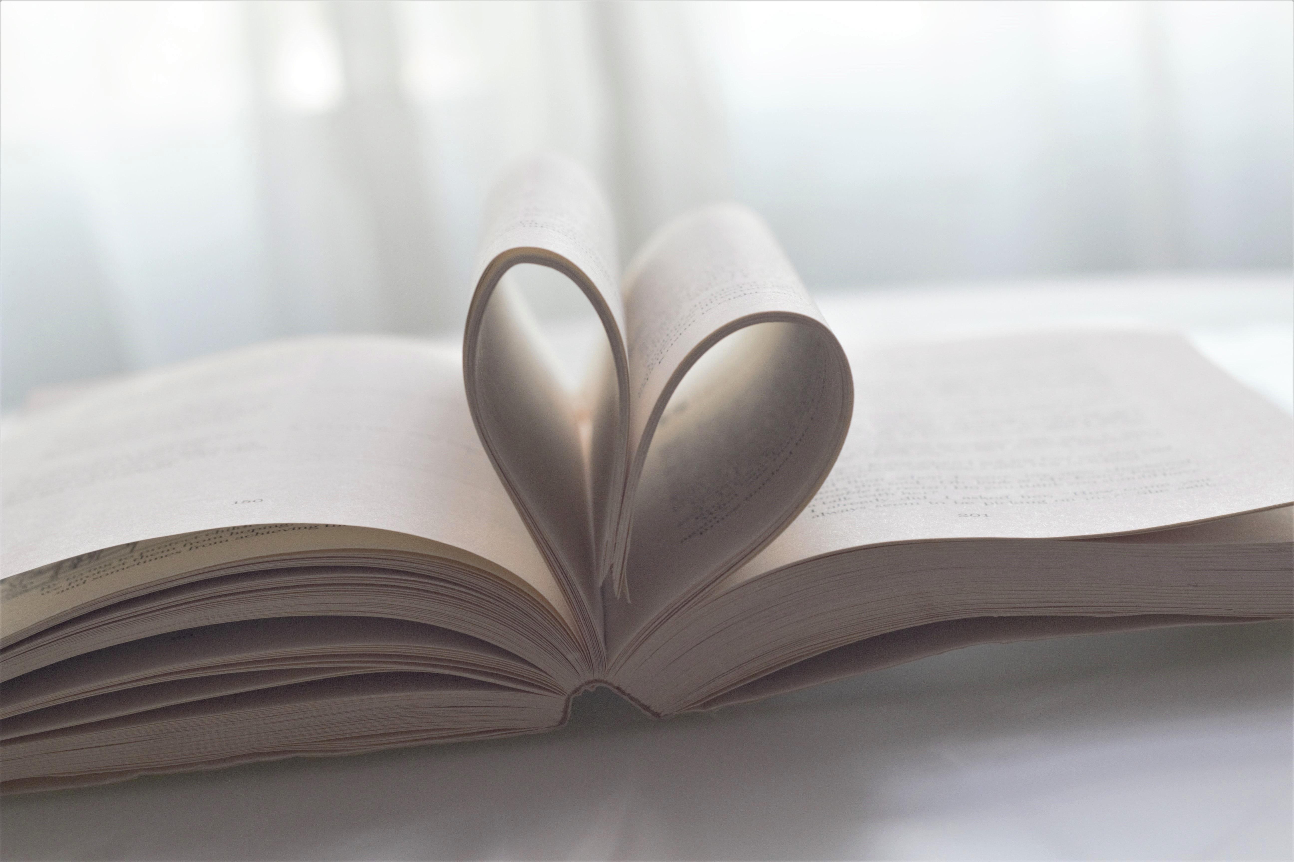 Kirja, jonka sivuista muodostuu sydän.