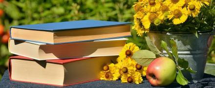 Kuvituskuva kirjoja ja kukkia